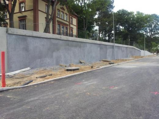 Finishing of a pile retaining wall